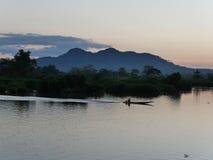 Bild för landskap för landskap för flodfartyg och berg Royaltyfri Fotografi