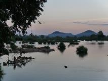 Bild för landskap för landskap för flodfartyg och berg Fotografering för Bildbyråer