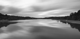 Bild för landskap för Llong exponering svartvit av sjön på solnedgången Fotografering för Bildbyråer