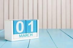 Bild för mars 1st av träfärgkalendern för marsch 1 på vit bakgrund Den första vårdagen tömmer utrymme för text Royaltyfria Foton