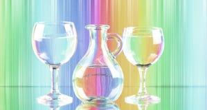 Bild för pastellfärgade skuggor av två vinexponeringsglas och en tillbringare av nytt rent vatten konst för kanfastryckvägg royaltyfria bilder