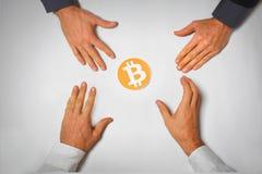 Bild för symbol för händer för Bitcoin girighet fyra arkivfoto