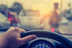 bild för tappningsignalsuddighet av folk som kör bilen på dagtid Arkivbilder