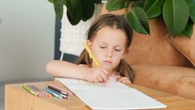 Bild för teckning för flicka för hobby för konstkreativitetmålning stock video