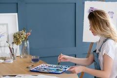 Bild för teckning för flicka för uttryck för fritidkonsttalang Arkivbilder