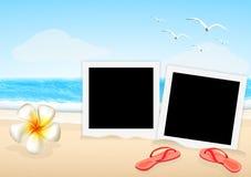 Bild för två ram med sandalen och orkidén på stranden Royaltyfria Bilder