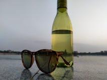 Bild för vattenflaska och sunglass arkivbild
