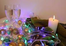 Bild för vykortet foto av det nya året Stilleben för ` s för nytt år lycklig flicka med loppfallet exponeringsglas av champagne o arkivbilder