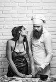 Bild für Auslegung Unordentliches hübsches Mädchen und Koch lizenzfreies stockfoto