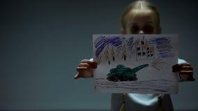 Bild f?r flickavisningkrig in i kameran som tigger f?r fred, politiska problem arkivbilder
