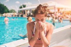 Bild från härliga kvinnor i bikini med näsduken Den sjuka kvinnliga modellen har den rinnande näsan Flickan gör en bot för royaltyfri fotografi