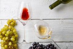 Bild från ovannämnt av vinexponeringsglas, svart- och gräsplandruvor, flaska Royaltyfria Foton