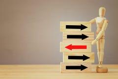 Bild hölzerner blinder Auswahl eine von vielen Holzklötzen Planung, Risiko und Strategie Stockfotos