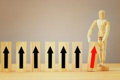 Bild hölzerner blinder Auswahl eine von vielen Holzklötzen Planung, Risiko und Strategie Lizenzfreie Stockfotografie