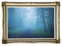 Bild im Weinleserahmen Mystischer Herbstwald mit Spur im blauen Nebel Schöne Landschaft mit Bäumen, Weg, Nebel Natur backgro lizenzfreie stockbilder