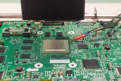 bild isolerad tv för service för reparation 3d teknisk Löda en elektronisk chip på en infrared omarbeta att löda stationen royaltyfria foton