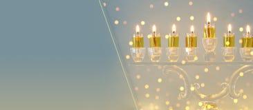 Bild jüdischen Feiertag Chanukka-Hintergrundes mit Kristall-menorah u. x28; traditionelles candelabra& x29; und Kerzen lizenzfreies stockbild