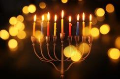 Bild jüdischen Feiertag Chanukka-Hintergrundes mit menorah u. x28; traditionelles candelabra& x29; und brennende Kerzen Lizenzfreie Stockfotografie