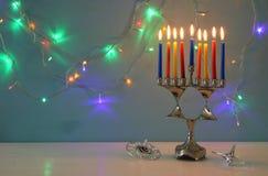 Bild jüdischen Feiertag Chanukka-Hintergrundes mit menorah u. x28; traditionelles candelabra& x29; und brennende Kerzen Stockfotos
