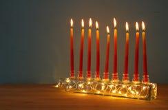 Bild jüdischen Feiertag Chanukka-Hintergrundes mit menorah u. x28; traditionelles candelabra& x29; und brennende Kerzen Lizenzfreie Stockbilder