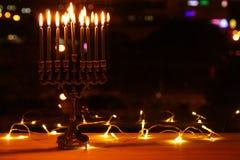 Bild jüdischen Feiertag Chanukka-Hintergrundes mit menorah u. x28; traditionelles candelabra& x29; und brennende Kerzen Lizenzfreie Stockfotos