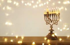 Bild jüdischen Feiertag Chanukka-Hintergrundes mit menorah u. x28; traditionelles candelabra& x29; und brennende Kerzen Lizenzfreies Stockfoto