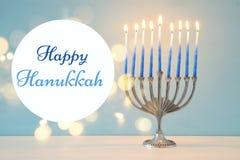 Bild jüdischen Feiertag Chanukka-Hintergrundes mit traditionellem menorah u. x28; traditionelles candelabra& x29; und brennende K Lizenzfreie Stockbilder