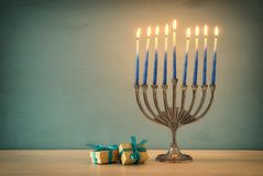 Bild jüdischen Feiertag Chanukka-Hintergrundes mit traditionellem menorah u. x28; traditionelles candelabra& x29; und brennende K Stockfoto