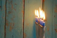 Bild jüdischen Feiertag Chanukka-Hintergrundes mit traditionellem menorah u. x28; traditionelles candelabra& x29; und brennende K Lizenzfreies Stockbild