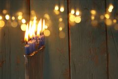Bild jüdischen Feiertag Chanukka-Hintergrundes mit traditionellem menorah u. x28; traditionelles candelabra& x29; und brennende K Stockbild