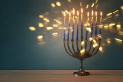 Bild jüdischen Feiertag Chanukka-Hintergrundes mit traditionellem menorah u. x28; traditionelles candelabra& x29; und brennende K Lizenzfreie Stockfotografie