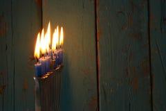 Bild jüdischen Feiertag Chanukka-Hintergrundes mit traditionellem menorah u. x28; traditionelles candelabra& x29; und brennende K Lizenzfreie Stockfotos