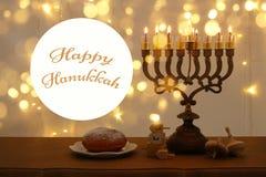 Bild jüdischen Feiertag Chanukka-Hintergrundes mit traditioneller spinnig Spitze, menorah u. x28; traditionelles candelabra& x29; Stockbild