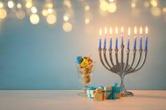 Bild jüdischen Feiertag Chanukka-Hintergrundes mit traditioneller spinnig Spitze, menorah u. x28; traditionelles candelabra& x29; Stockbilder