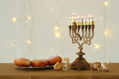 Bild jüdischen Feiertag Chanukka-Hintergrundes mit traditioneller spinnig Spitze, menorah u. x28; traditionelles candelabra& x29; Lizenzfreie Stockfotografie