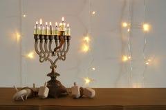 Bild jüdischen Feiertag Chanukka-Hintergrundes mit traditioneller spinnig Spitze, menorah u. x28; traditionelles candelabra& x29; Stockfotografie