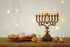 Bild jüdischen Feiertag Chanukka-Hintergrundes mit traditioneller spinnig Spitze, menorah u. x28; traditionelles candelabra& x29; Lizenzfreie Stockfotos