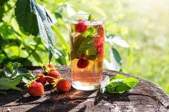 Bild med en drink arkivfoton