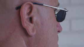 Bild med en säker affärsman Wearing Sunglasses royaltyfri bild