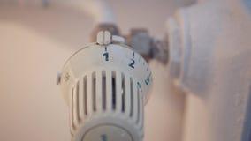 Bild med temperatur för element för manhandinställning från sparande energi för termostat stock video