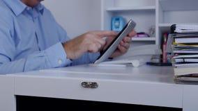 Bild mit dem Wirtschaftler, der Tablette verwendet und auf Netzdatenbank zugreift stock video footage