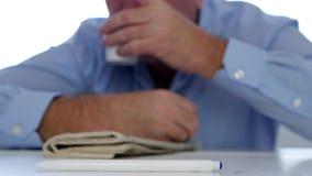 Bild mit einem müden Geschäftsmann Napping im Büro mit Kopf auf Tabelle stock video footage