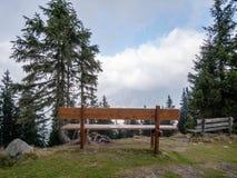 Bild mit Fokus der Bank mit Bergen im Hintergrund lizenzfreies stockfoto