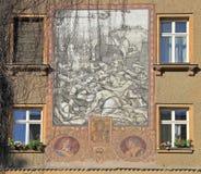 Bild mit mittelalterlichem Kampf auf Gebäude in Brno Stockbilder