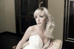 Bild mit schönem blondem lächelndem Mädchen mit Birne Stockfoto