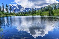 Bild montering Shuksan Washingt för reflexion för moln för sjöevergreen Arkivfoto