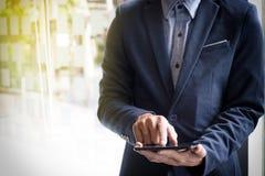Bild-Nahaufnahme, junge Geschäftsmänner, die mit Tablette während exp arbeiten Lizenzfreies Stockfoto