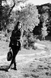 Bild schöner junger Dame mit Tasche an Lizenzfreies Stockbild