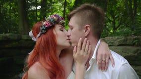 Bild schoss im Studio Abschluss oben von romantischen Paaren küssen nahe Wasserfall stock footage