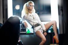 Bild som presenterar den stilfulla kvinnan i studio Arkivbilder